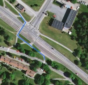 Cykelbanan försvinner med hög kantsten ut i gatan