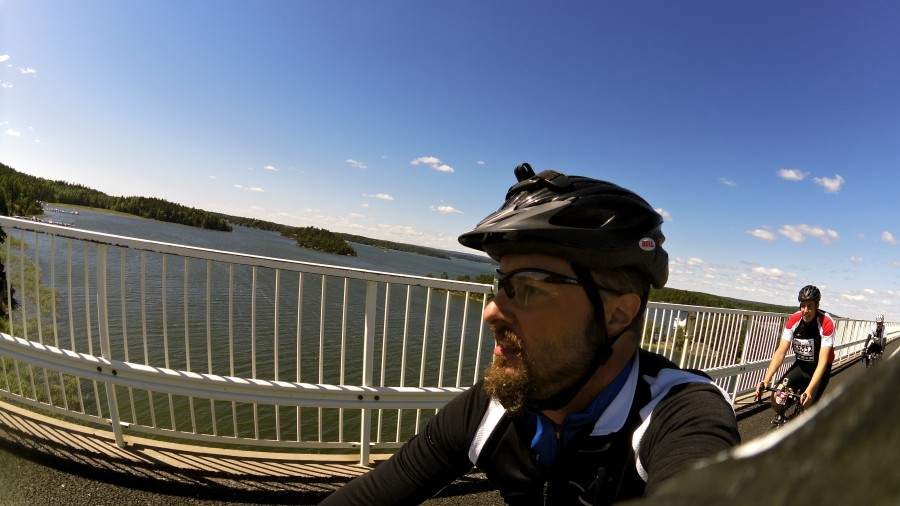 Bron över Hammarsundet. Jonas på rulle.